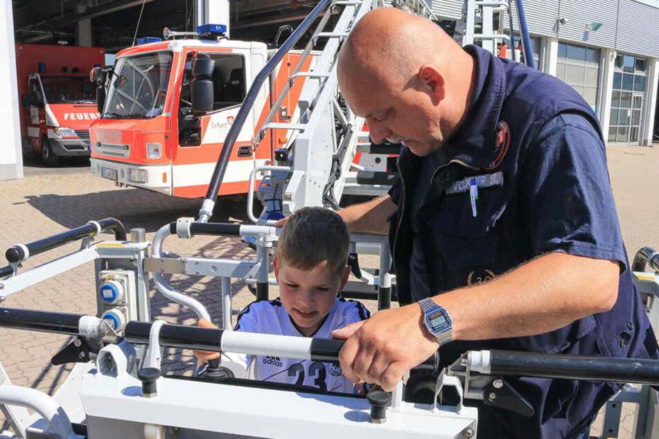 Faszination Feuerwehr: Ramon schaute sich die Drehleiter ganz genau an.