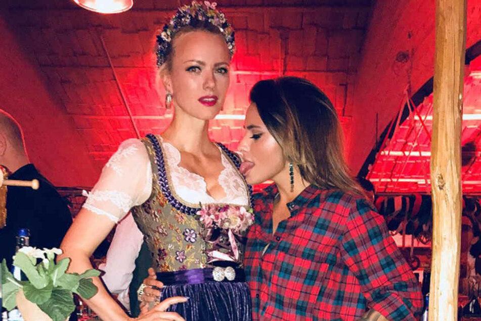Sophia Thomalla kann den Blick von Franziska Knuppes Dekolleté gar nicht lassen.