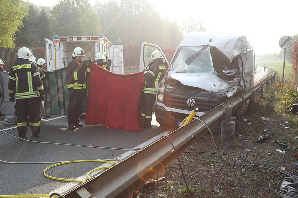 Der schwer verletzte Fahrer des Transporters wurde in ein Krankenhaus gebracht.