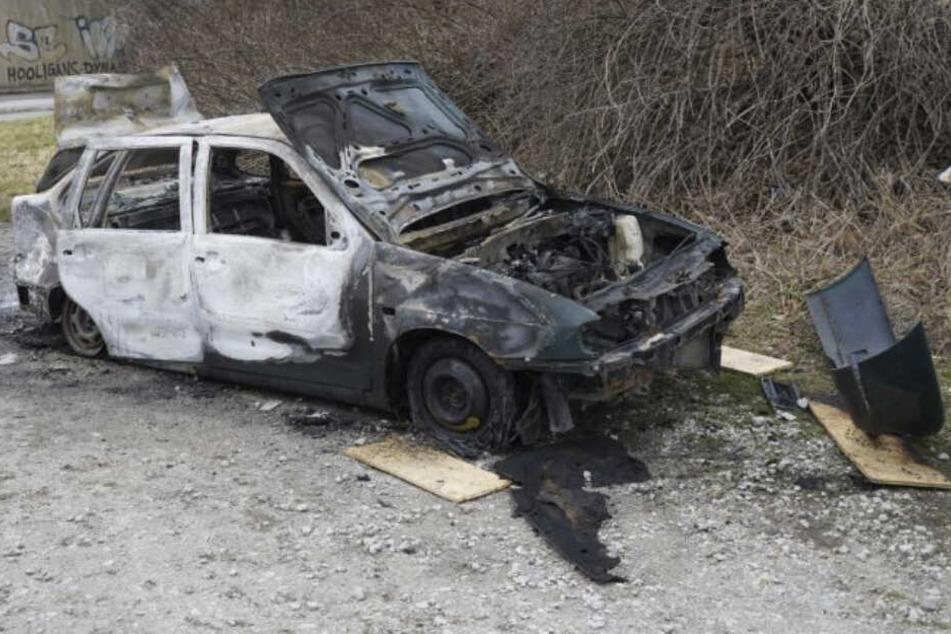 Der Wagen brannte komplett aus.