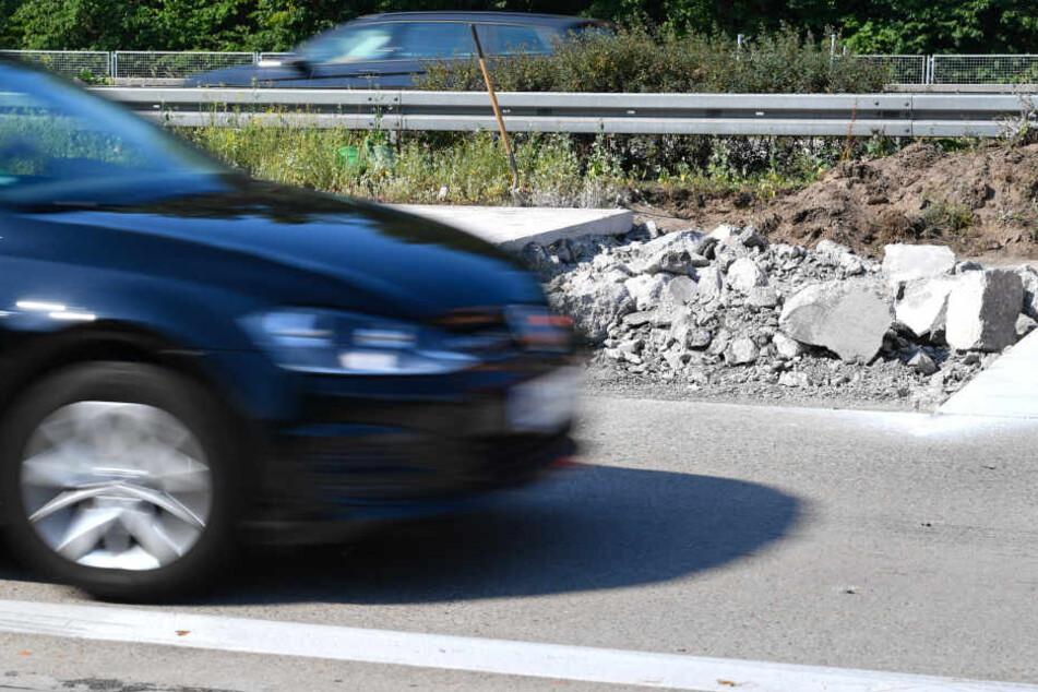 Ein Auto fährt am 22.06.2017 auf der Autobahn 6 bei Hockenheim an einer durch extreme Hitze aufgeplatzten Fahrbahn vorbei. (Archivbild)