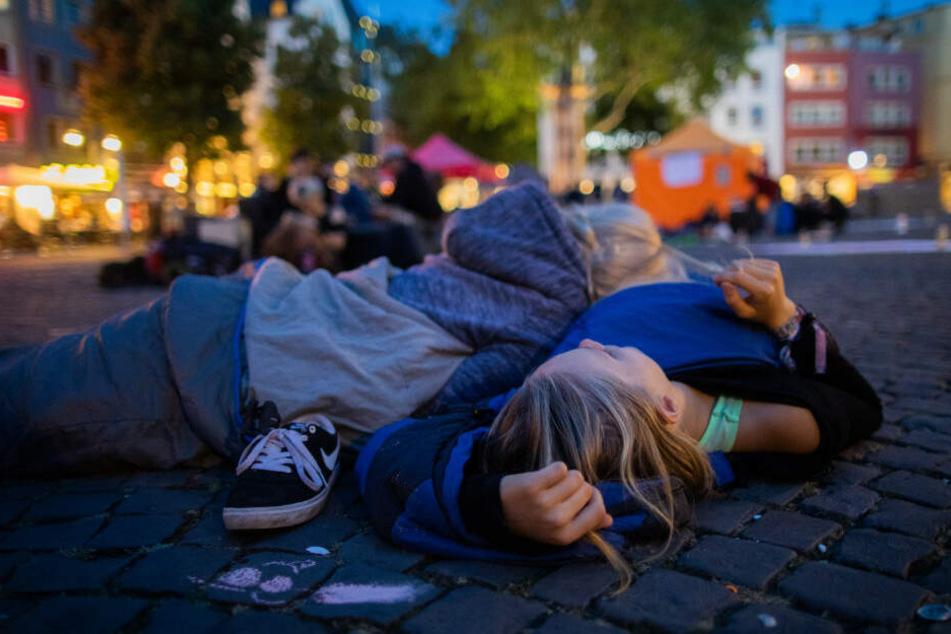 Schüler liegen während des Nachtstreiks auf dem Alter Markt.