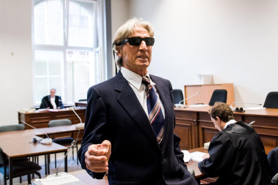 Der Bankräuber zieht vor dem Landgericht eine wahre Show ab.