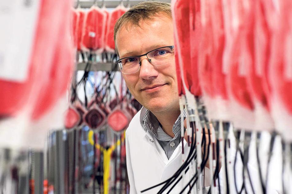 Vermisst derzeit viele Stammspender: Blutbank-Chef Dr. Matthias Johnson (47) stellt mit seinen Kollegen im Labor aus einer Vollblutspende drei Blutkonserven her.