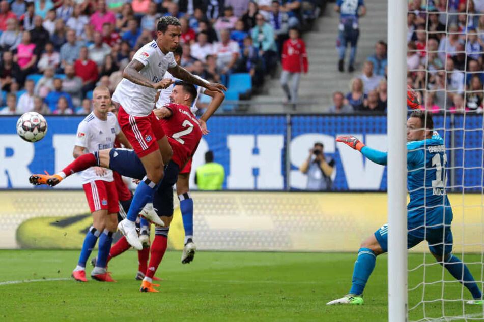 Testspiel Hamburger SV - FC Bayern München im Volksparkstadion. Hamburgs Leo Lacroix (Mitte) und Münchens Sandro Wagner (2. von rechts) kämpfen um den Ball, rechts Hamburgs Torwart Tom Mickel.