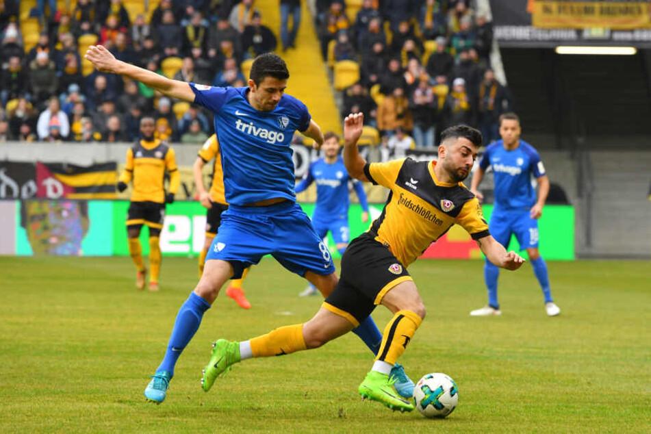Ex-Dynamo Anthony Losilla foulte Aias Aosman (re.) nach nur 69 Sekunden - Elfmeter für die Schwarz-Gelben.