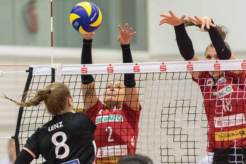 DSC-Zuspielerin Mareen von Römer blockt den Angriff von Erfurts Sindy Lenz ab.