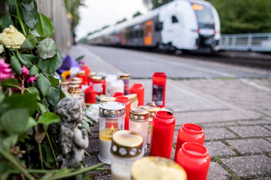 Blumen und Kerzen stehen an Gleis eins am Bahnhof. Ein Mann hat hier am 20.07.2019 eine ihm völlig unbekannte 34-Jährige vor einen einfahrenden Zug gestoßen und somit getötet.