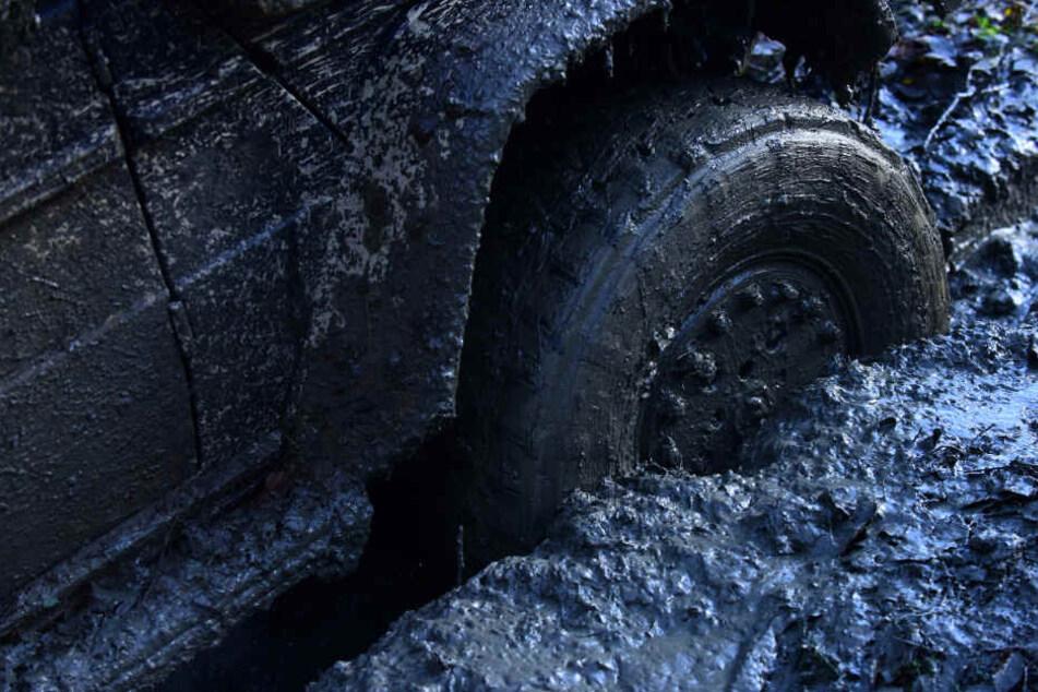 Das Auto vergrub sich im Matsch und konnte nicht mehr befreit werden. (Symbolbild)