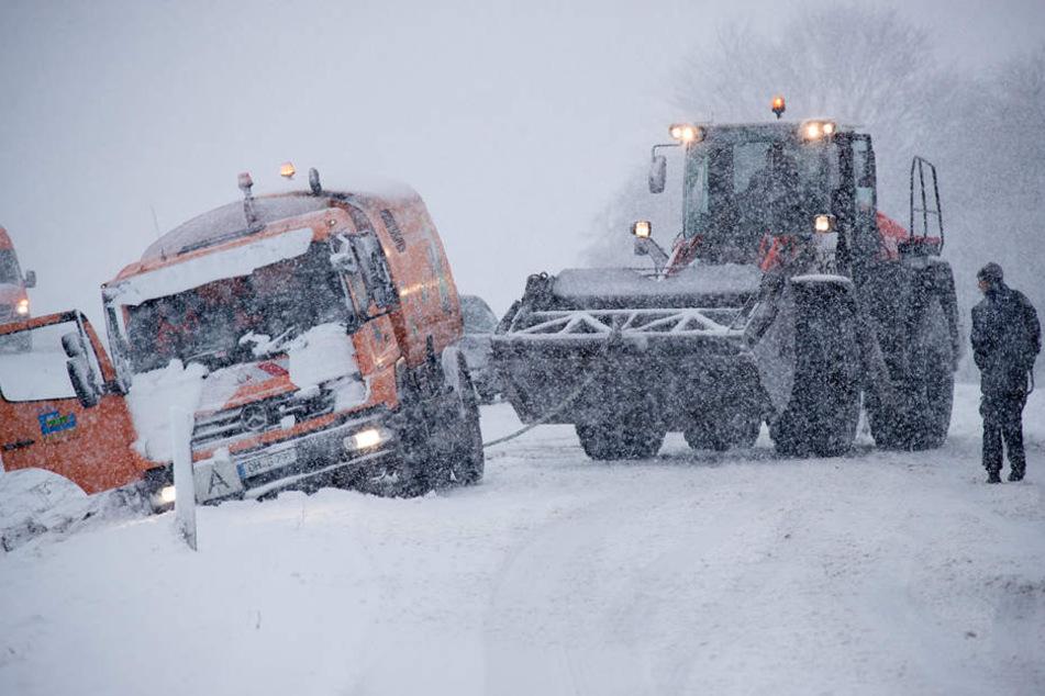 Bei Brüsewitz in Mecklenburg-Vorpommern zieht ein Radlader einen Lkw aus dem Graben.