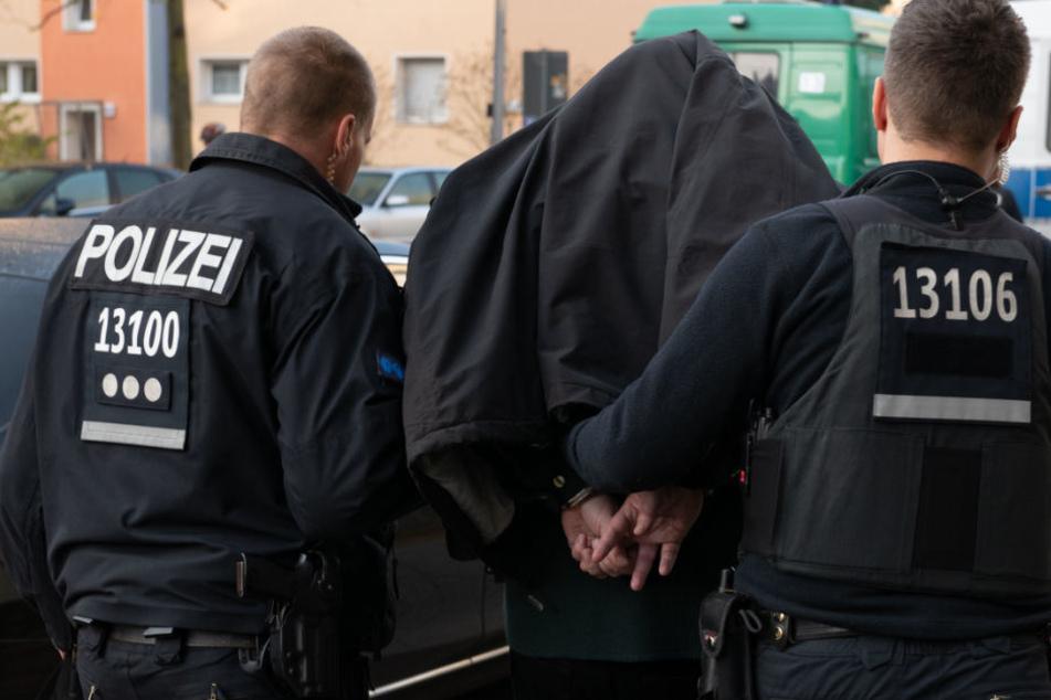 Nach einer Razzia in Tempelhof führen Polizisten ein Mitglied eines arabischstämmigen Clans ab. (Archiv)