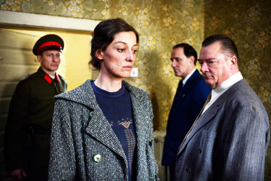 Antonia Berger (Zweite von links; Alexandra Maria Lara) darf nichts von ihrer Vergangenheit im russischen Gulag preisgeben.