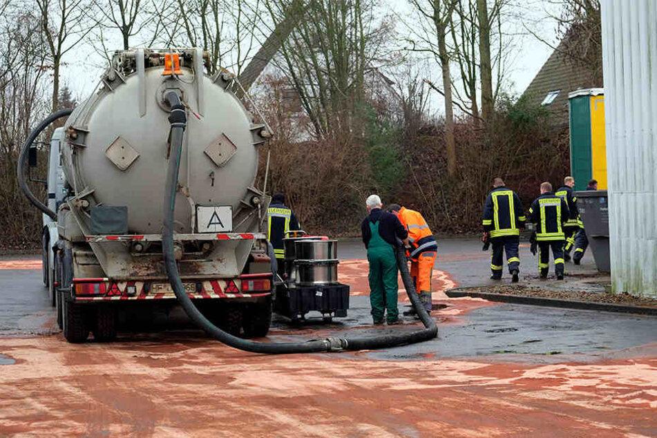 Ein Saugfahrzeug nahm das gebundene Dieselöl auf.