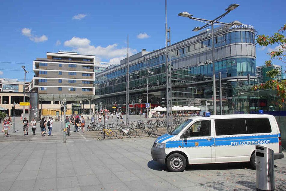 """Sicher und drogenfrei soll der Wiener Platz werden: Tausende Touris und Einheimische passieren jeden Tag Dresdens """"Visitenkarte""""."""