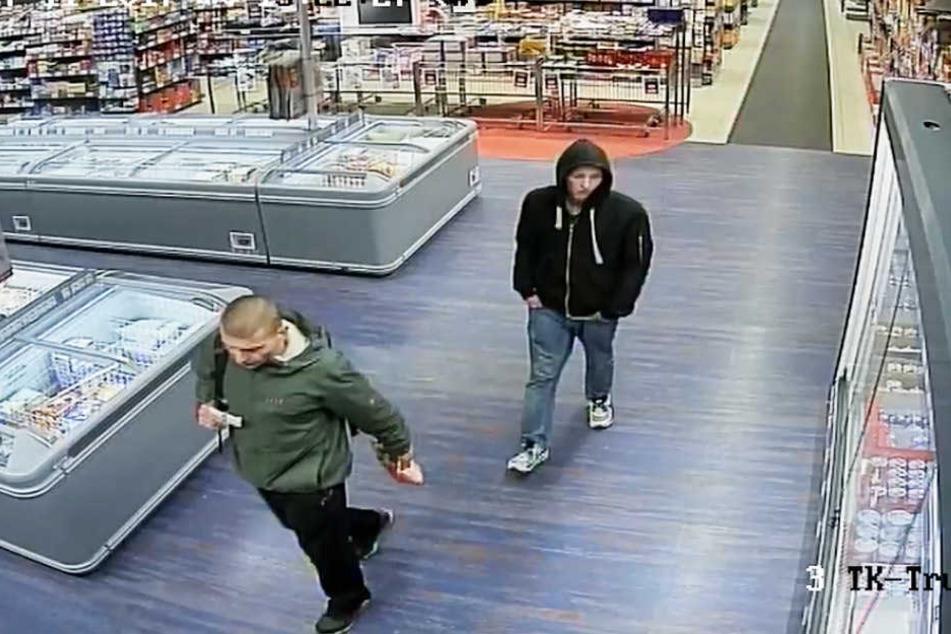 Diese beiden Männer sollen einen Diebstahl im NP-Markt begangen haben.