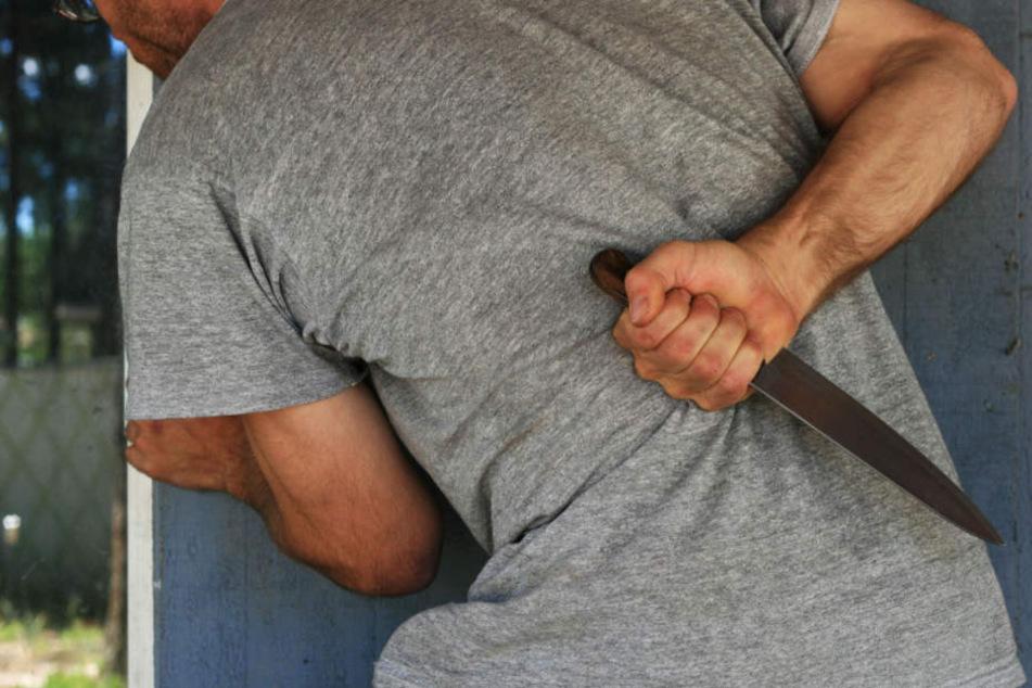 Wegen eines tödlichen Messerangriffs wurde der 54-Jährige zu lebenslanger Haft verurteilt. (Symbolbild)