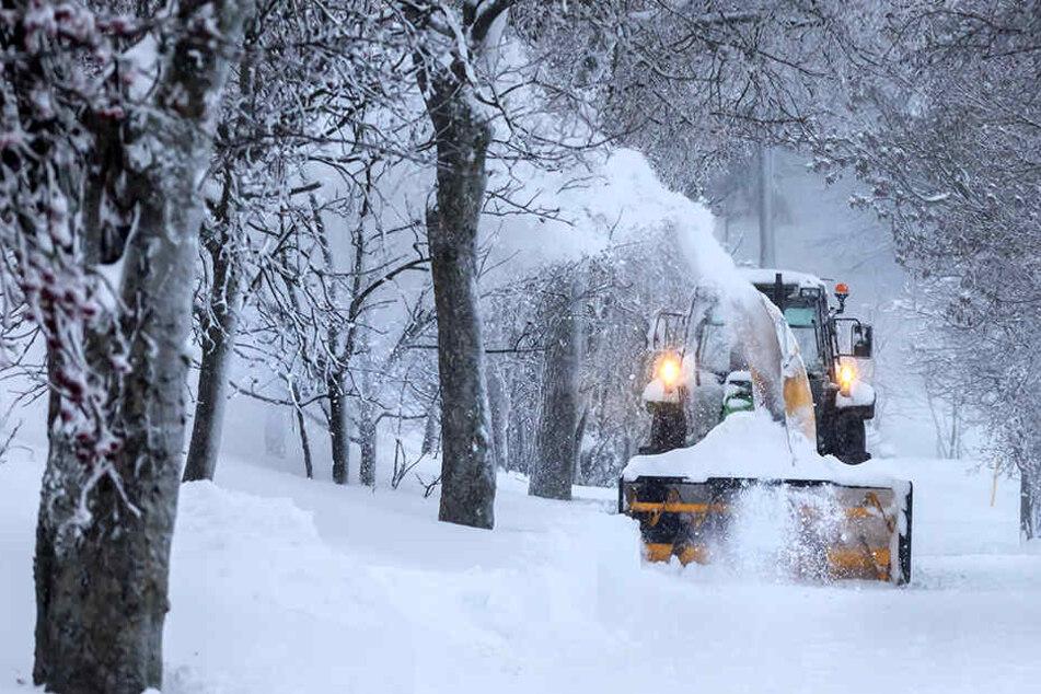 Schneeberäumung in Oberwiesenthal: In Deutschlands höchster Stadt ging in den vergangenen Tagen teilweise nichts mehr.