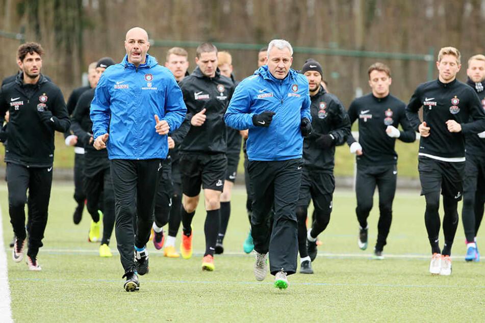 FCE-Coach Pavel Dotchev (v., r.) ging in dieser Woche im Training sprichwörtlich voran.