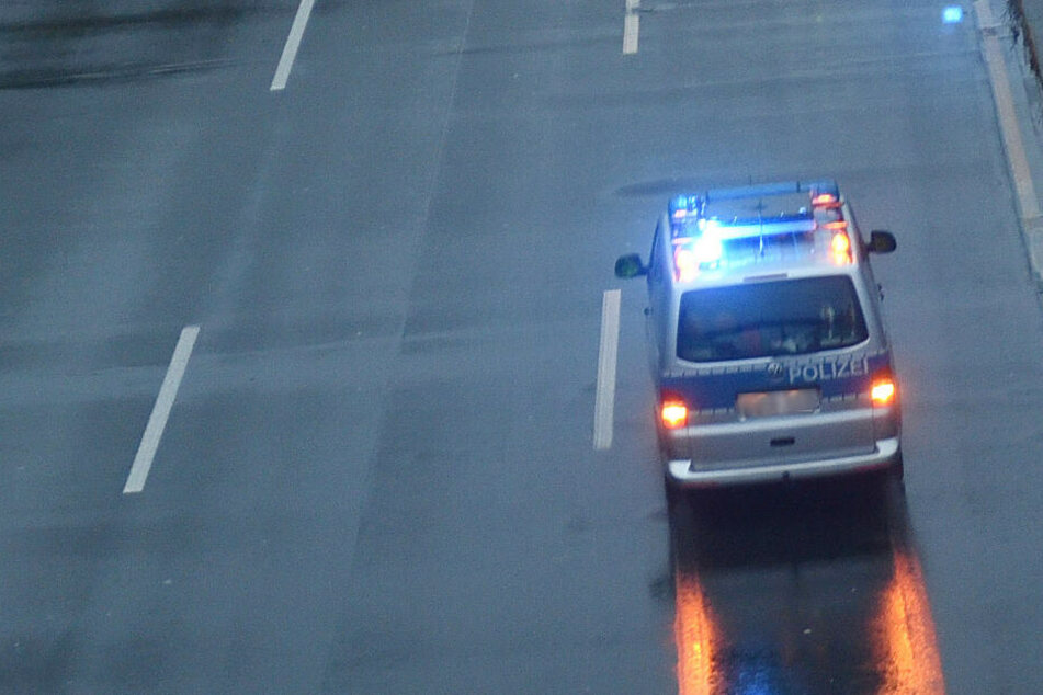 Bewusstlos! Fahrer steht mit Fahrzeug mitten auf Autobahn