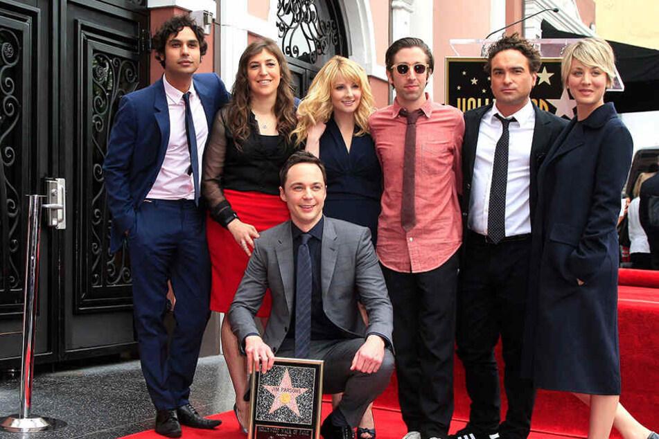 Die Serien-Clique: Jim Parsons (M unten), Kunal Nayyar (l-r), Mayim Bialik, Melissa Rauch, Simon Helberg, Johnny Galecki und Kaley Cuoco.