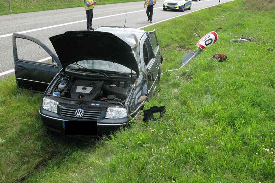 Der VW überschlug sich mehrfach und landete im Graben.