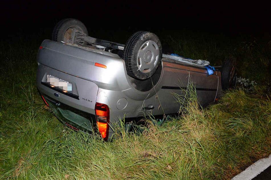 Der Ford Fiesta überschlug sich mehrfach und kam erst auf dem Dach zum Liegen.