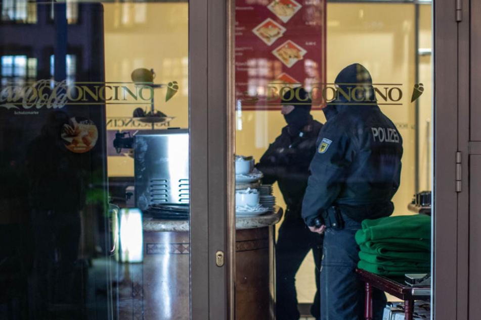 In NRW durchsuchten Polizisten ein Eiscafé im Citypalais in der Duisburger Innenstadt.