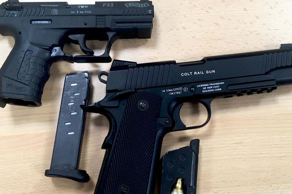 Zwei Schreckhusspistolen wurden von den Polizeibeamten sichergestellt.