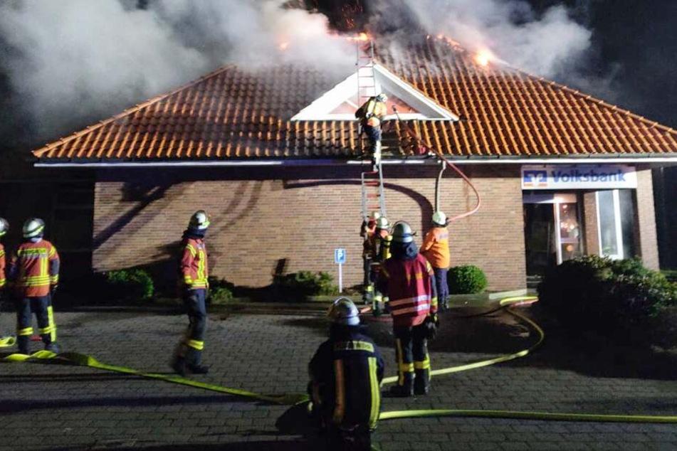 Die ganze Bank setzten die unbekannten Täter in Brand.