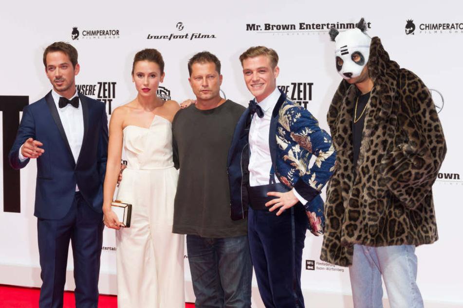 """Til Schweiger (52, m.) mit Rapper Cro (26, r.) und weiteren Kollegen auf der Premiere seines Films """"Unsere Zeit ist jetzt""""."""