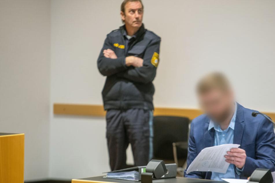 Der Angeklagte muss sich wegen Mordes vor Gericht verantworten. Er soll einen Arbeitskollegen brutal ermordet haben.