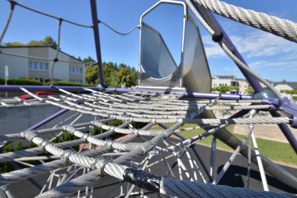 Beschädigte Kletterseile in Stollberg: Die Stadt hat die kaputten Stellen notdürftig überklebt.