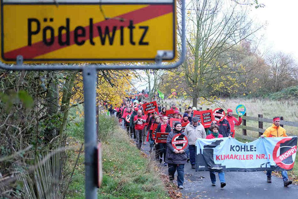 Hunderte protestierten gestern gegen die geplante Abbaggerung weiterer Dörfer  südlich von Leipzig.