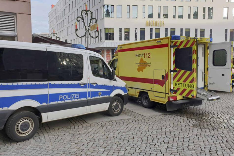 Vier Personen wurden mit Verdacht auf Rauchgasvergiftung in ein Krankenhaus gebracht.