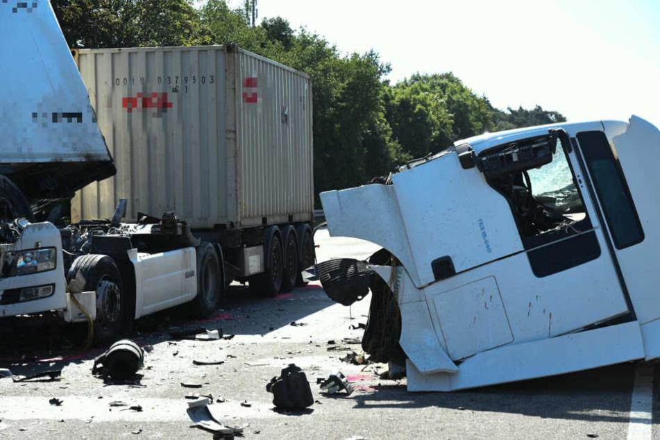Das Führerhaus eines der Lastwagen wurde durch den Crash abgerissen.