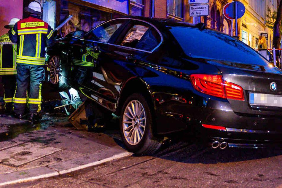 Das Foto zeigt den verunglückten BMW in Wiesbaden.