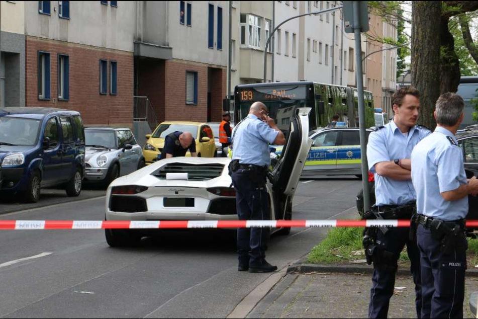 Die Polizei hat eine Absperrung eingerichtet.
