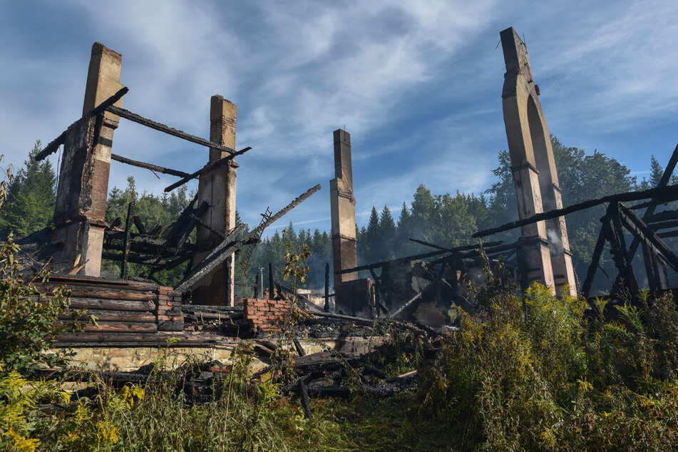 Ferienheim brennt auf Grundmauern nieder: Ermittlung wegen Brandstiftung!