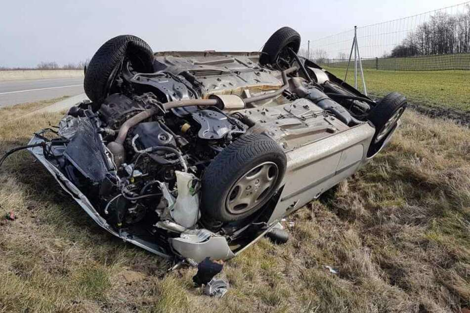 Auch das Auto des Verursachers blieb auf dem Dach liegen.