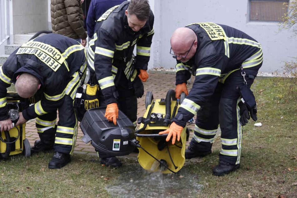 Die Feuerwehr arbeitete mit mehreren Nasssaugern um das Wasser aus der Wohnung zu bekommen.