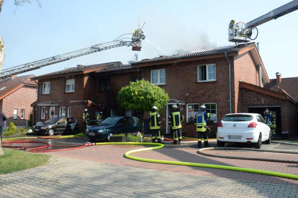 Riesiger Brand zerstört Haus, während Bewohner im Garten saßen