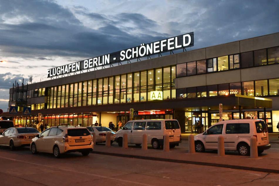 Der Flugbetrieb am Flughafen Schönefeld wurde wegen einer Weltkriegsbombe eingestellt (Symbolbild).
