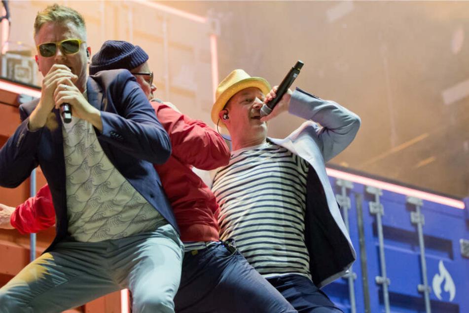 Die deutsche Hip-Hop-Band Fettes Brot, Martin Vandreier (Doc Renz, l-r), Boris Lauterbach (König Boris) und Björn Warns (Schiffmeister) stehen beim Musikfestival Rock im Park auf der Bühne.