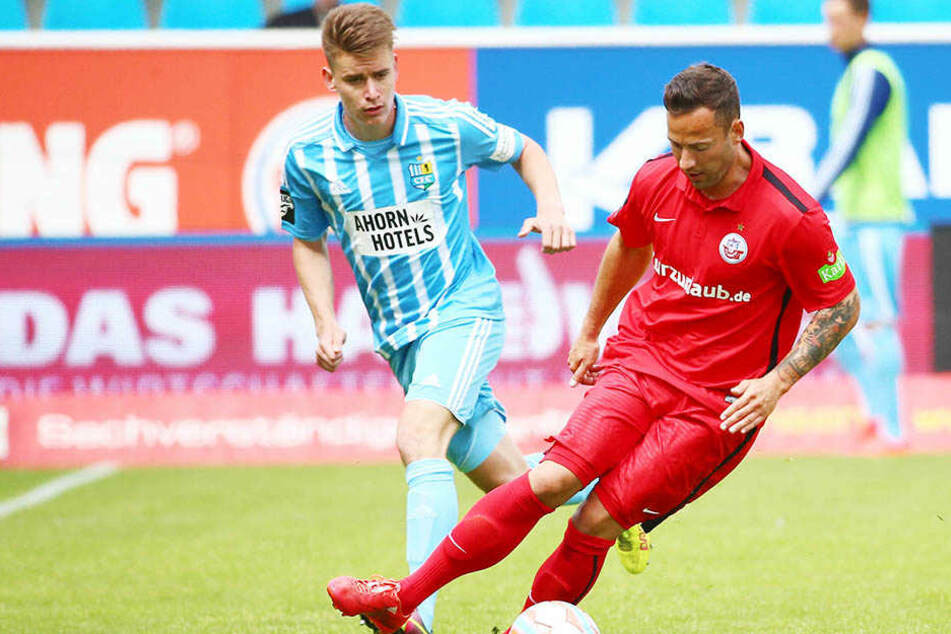 Ronny Garbuschewski (rechts) kämpft hier mit dem Chemnitzer Florian Hansch um den Ball.