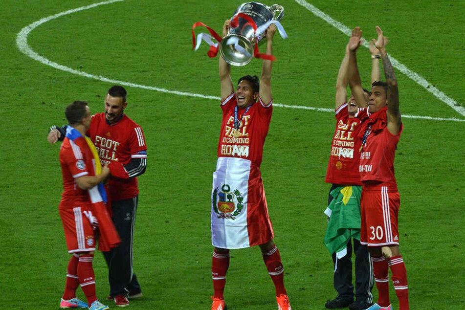Pizarro feiert mit seinen Teamkollegen den Champions-League-Titel.