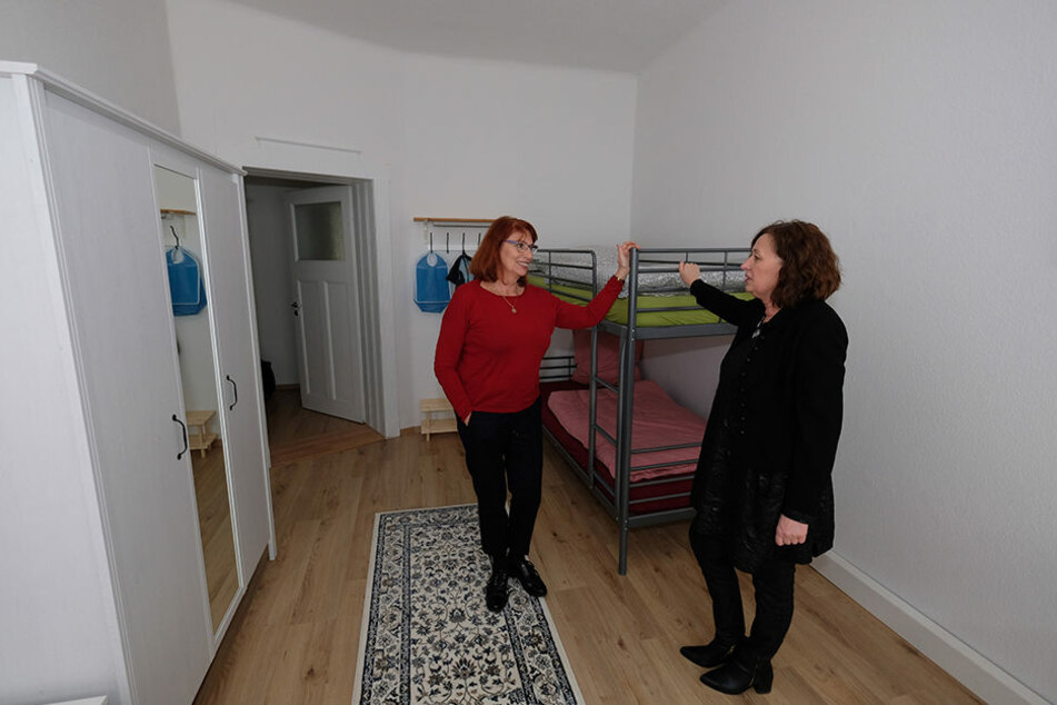 Integrationsministerin Köpping (SPD, l.) und Hanna Richter vom Leipziger Verein Frauen für Frauen e.V. in einer Wohnung für geflüchtete Frauen in Leipzig.