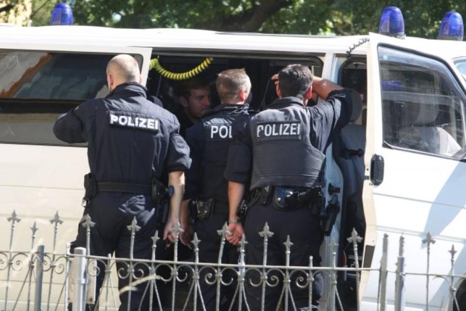 Zwei Polizisten wurden bei der Attacke verletzt. (Symbolbild)