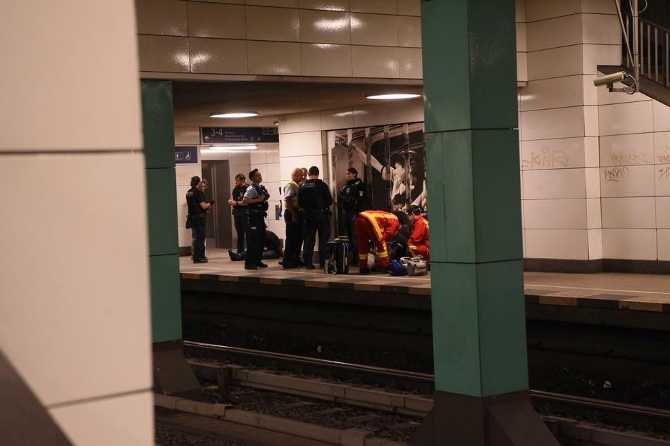 Betrunkene Architekten fallen ins Gleisbett: Polizei und Feuerwehr eilen zur Hilfe