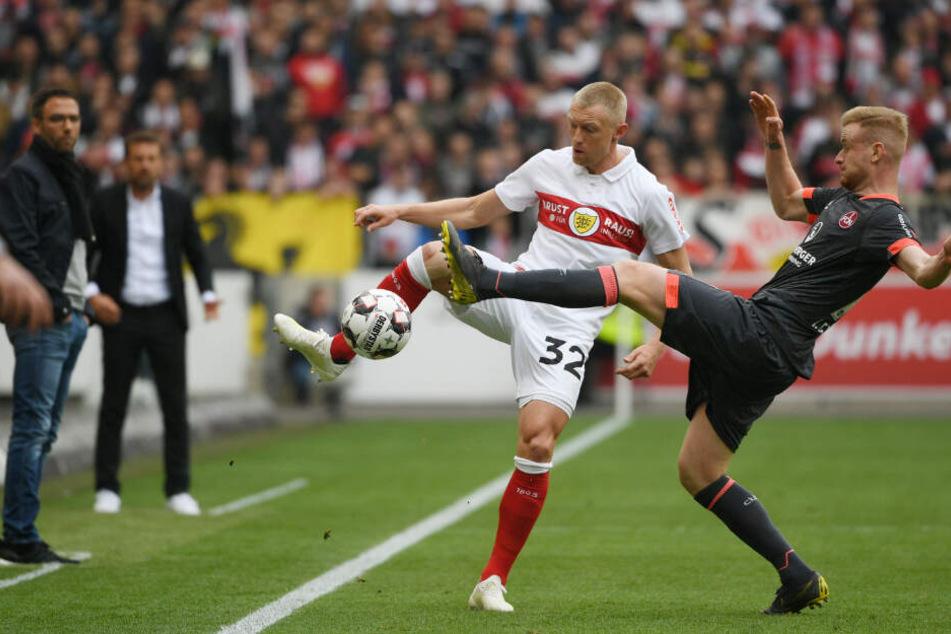 VfB-Rechtsverteidiger Andreas Beck (l.) und Nürnbergs Sebastian Kerk (r.) im Kampf um den Ball.