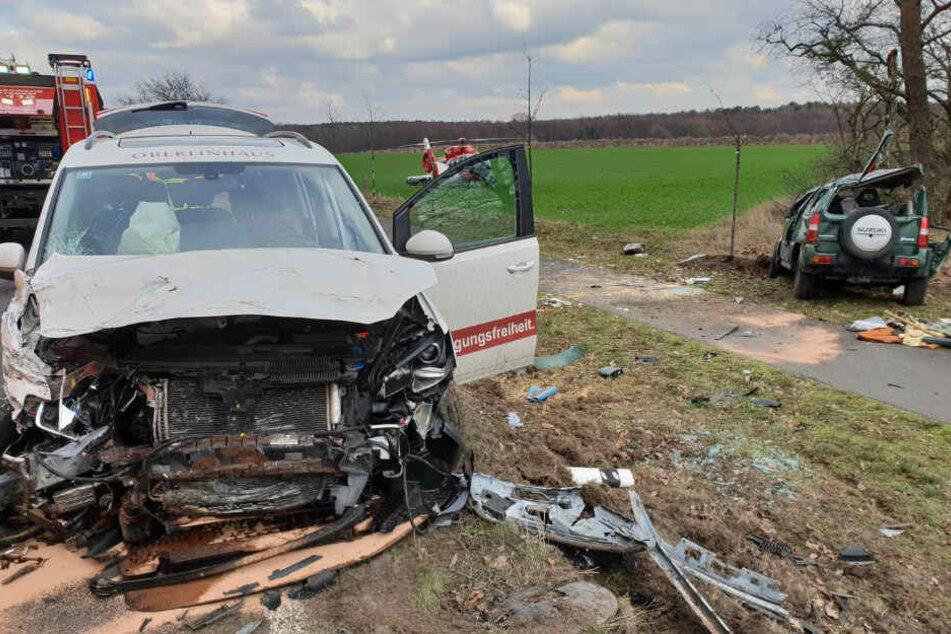 Beide Wagen wurden schwer beschädigt.